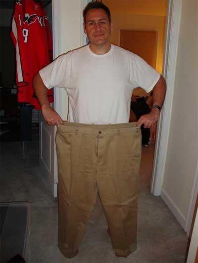 Hombre que sostiene sus pantalones