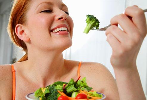 Mujer que sostiene una comida saludable