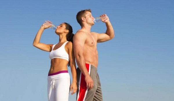Hombre y mujer bebiendo agua